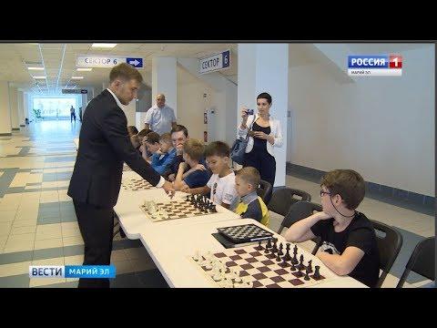 Знаменитый гроссмейстер Сергей Карякин сыграл с юными йошкаролинцами в шахматы - Вести Марий Эл