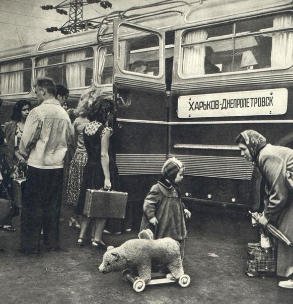Пассажиры междугороднего автобуса Iarus 55 Lux (Харьков, 1960 год)