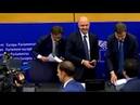 Анджело Сиокка снял с ноги ботинок и вытер им документы с предложениями евробюрократов