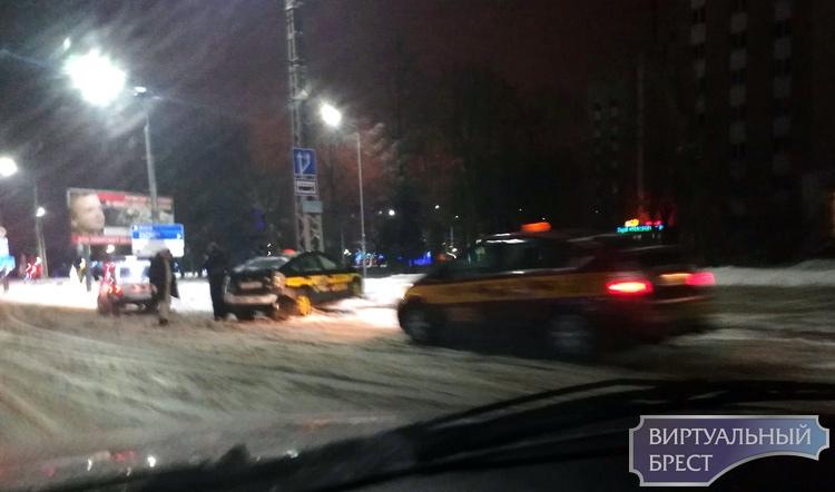 """За ночь в Бресте один таксит разбил автомобиль о столб, второй """"улетел"""" в болото"""
