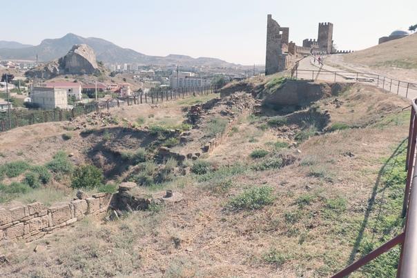 Развалины, видно зачатки рва. Ну и видно справа насколько высоко поднята земля.