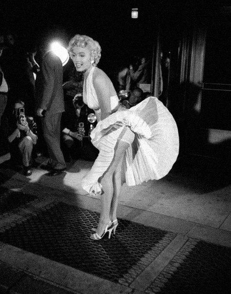 Знаменитый снимок Мэрилин Монро с развевающимся платьем. Сделан снимок во время съемок фильма «Зуд 7-го года»Ее тогдашний вспыльчивый муж Джо Ди Маджио посчитал этот снимок крайне вульгарным,