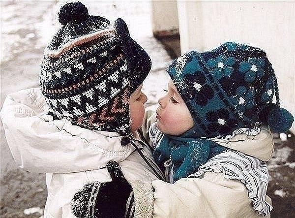 Діти любляться і цілуються