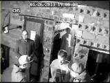 Камера наблюдения в клубе засняла драку!-охраник бросил головой вниз.)