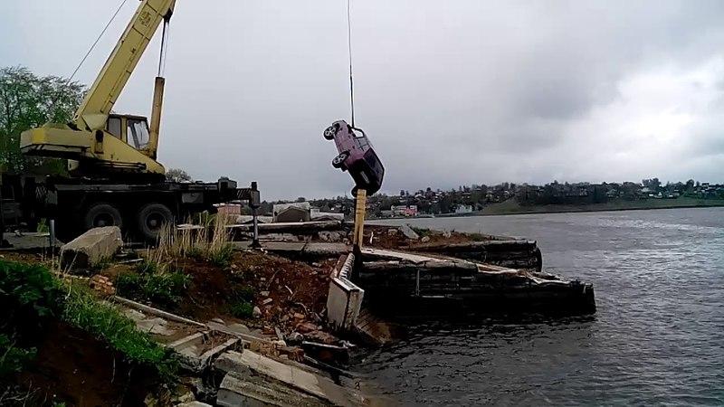 Упавшую с добрянского причала машину достают из воды