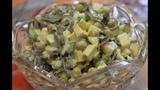 Простой салат из морской капусты с яйцом и консервированным горошком Salad from sea kale with egg.