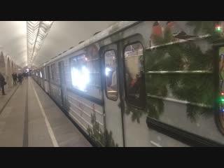 Новогодний поезд из вагонов типа Еж3/Ем-508Т на станции Кузнецкий Мост