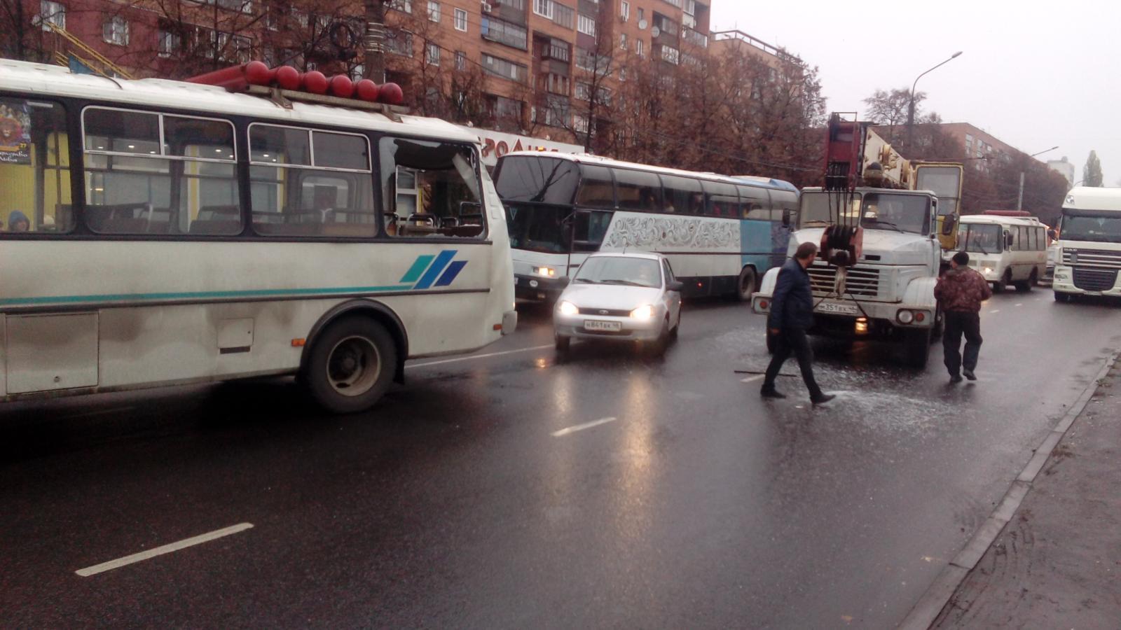 В Курске автокран разбил два автобуса