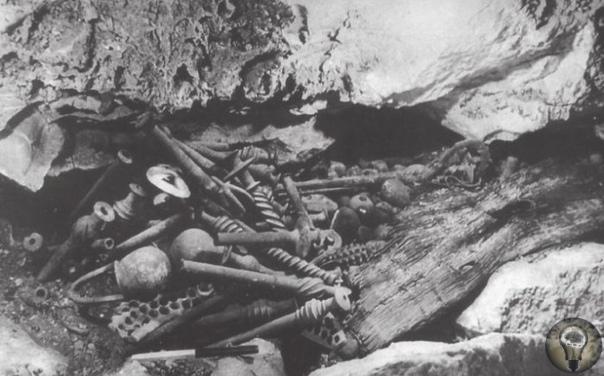 Таинственные загадки и Загадочные тайны 1. Камень преткновения В 70е годы в Казахстане геологами был найден огромный камень, едва торчащий изпод земли, целиком покрытый древними руническими
