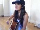 Красивая девушка очень красиво поет и играет на гитаре