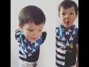 Симпатичный маленький мальчик превращает нагрудник в маленький шарф
