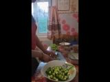 Бытовые навыки аутиста. Чему научили дочку. Режет салат.