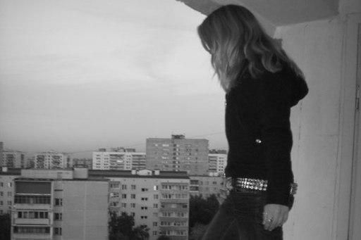 17-летняя таганроженка выпрыгнула с балкона 8-го этажа и разбилась насмерть