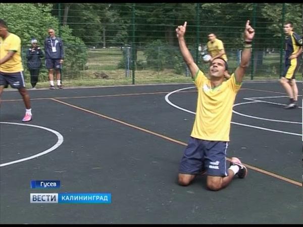 Экс-игроки сборной Бразилии сыграли с воспитанниками центра «Росток»
