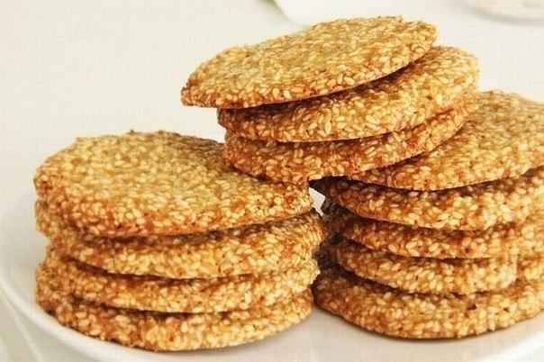 """РЕЦЕПТ """"Вкуснейшее кунжутное печенье"""" Кунжут - один из лидеров по содержанию кальция. В кунжуте его в 10 раз больше, чем в твороге! Ингредиенты: ✔ мука - 70 г ✔ сливочное масло - 60 г ✔ сахар - 120 г (можно коричневый) ✔ яйцо - 1 шт. ✔ экстракт ванили - 0,5 ч.л. или ванильный сахар - 1 пак. ✔ свежевыжатый лимонный сок - 1ч. л. ✔ семена кунжута - 160 г ✔ разрыхлитель - 0,5 ч. л. ✔ соль - 0,5 ч. л. Приготовление: ✔ Смешать муку, разрыхлитель и соль. ✔ Взбить размягченное масло с…"""
