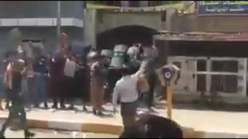 Протестующие громят офис шиитской партии Аль-Хикма (Диванийя, Ирак, 17 июля 2018 года)