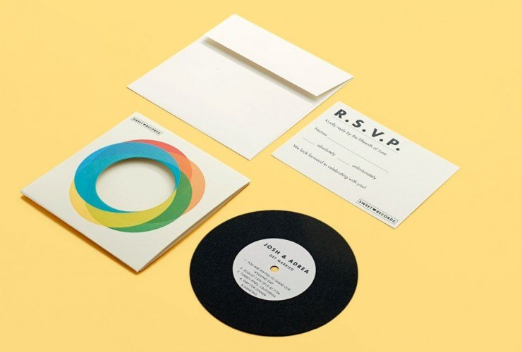 приглашение на свадьбу в виде бумажного музыкального диска