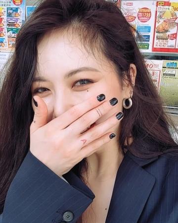 "Allure Magazine Korea_얼루어코리아 on Instagram: ""얼루어_스타 뜨거운 홍콩 속으로 걸어들어간 현아"