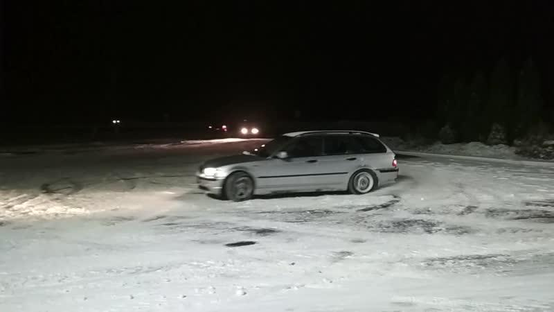 BMW и первый снег. Грех не воспользоваться :)