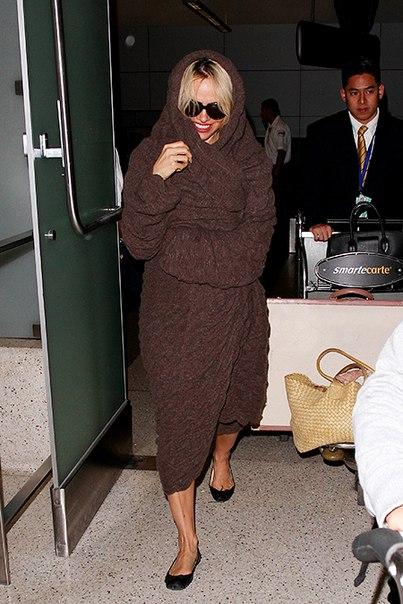 Дженнифер Лоуренс в тапочках, Памела Андерсон в халате и другие звезды, которые выходят в свет в домашней одежде