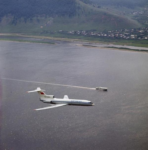 Самолет Ту-154 и катер «Ракета»,