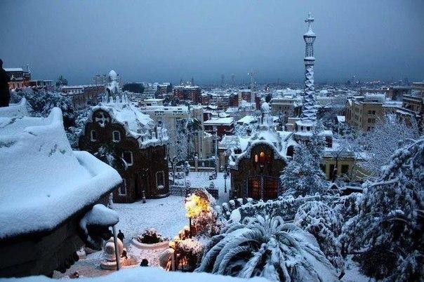 Зимний вечер в усыпанной снегом