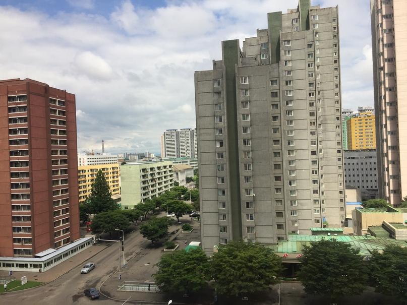 Отчет о путешествии в Северную Корею Вид из гостиницы. Вдали виднеется монумент Чучхе.