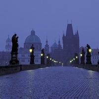 Люблю это время суток, когда сумерки окутывают город.  Я обычно в это время вспоминаю Прагу, его улочки.