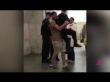 Мужчина поднял сотрудника Росгвардии в метро