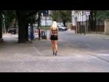 Блондинка в черной мини юбке гуляет по улицам (720p)1524649984.mp4