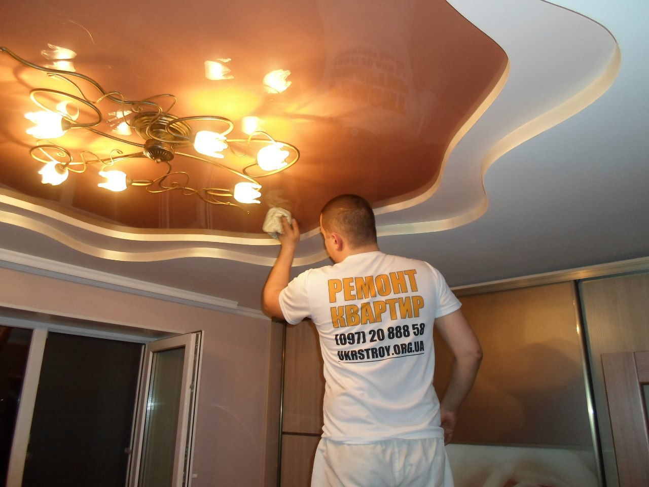 [quote=Backfire]Господа спецы, сколько я потеряю высоты помещения при установке натяжных потолков?[/quote] В некоторых домах, стык стена/потолок трухлявый (особенно в кирпичных). В нем плохо держатся дюбеля. Все зависит от стен, от коммуникаций или освещения, которое будет под потолком. Лучше брать не менее 5 см.  [b]Backfire[/b], [quote=Backfire]если конфигурация потолка имеет не совсем правильную форму, ниши и ТП или одним потолком нужно объединить скажем кухню с прихожей. Это решаемо?[/quote] Вот мы делали неправильной формы и с переходом: [img=left]http://cs419725.vk.me/v419725124/5149/AujNlB47YNQ.jpg[/img] [img=left]http://cs320629.vk.me/v320629124/150/iFcRNDxEy7s.jpg[/img] [img=left]http://cs320629.vk.me/v320629124/204/n0A8chwxl9k.jpg[/img] [img=left]http://cs407530.vk.me/v407530124/acd4/p5yjYtQC61s.jpg[/img]  [url=http://vk.com/litsapotolka?z=albums173284124]Вот галерея некоторых наших работ[/url].