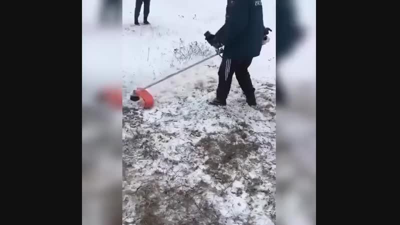 Типичная полиция (сотрудников МЧС заставили косить траву под снегом)