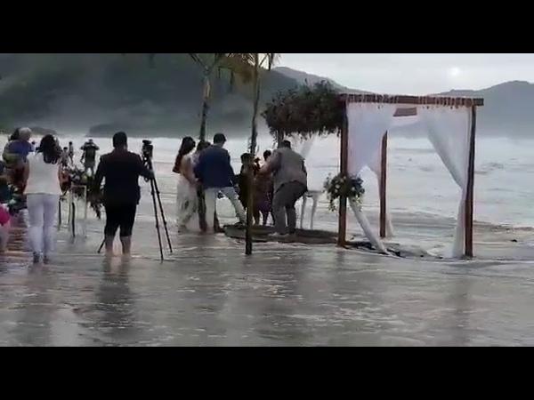 A ideia de fazer um casamento na praia precisa ser pensada com muito cuidado