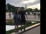 Весёлая Ирина Пинчук и Дмитрий Тихий дурачатся на улице