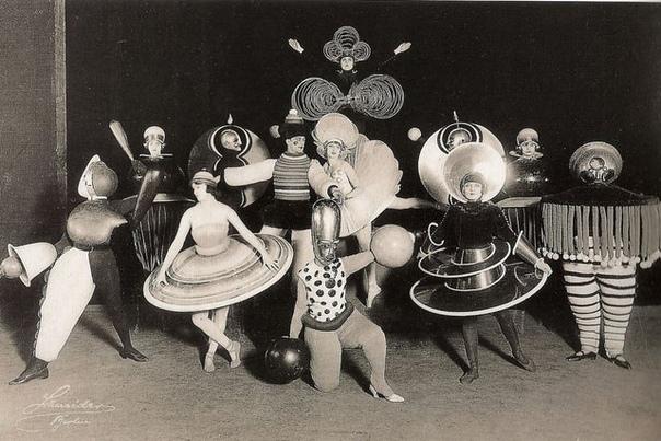 Костюмированная вечеринка в Bauhaus (Высшей школе строительства и художественного конструирования
