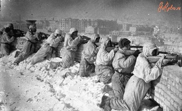 Советские автоматчики на крыше дома в