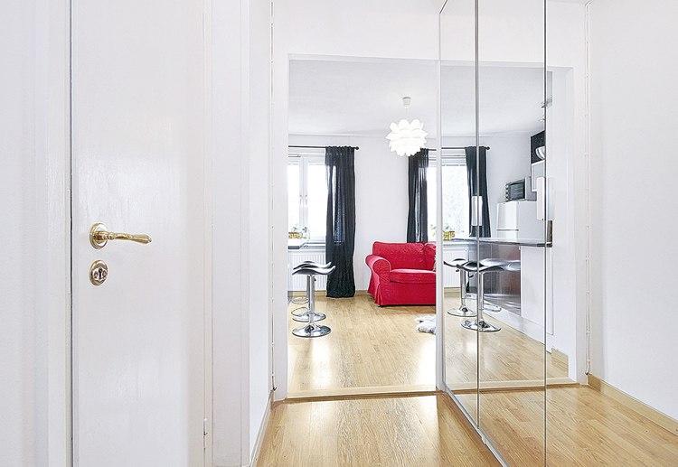 Дизайн на контрасте: черный, белый и красный цвета в интерьере студии 25 м.