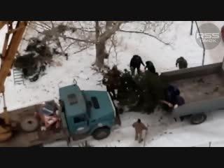 Демонтаж потрёпанной ёлки в Омске