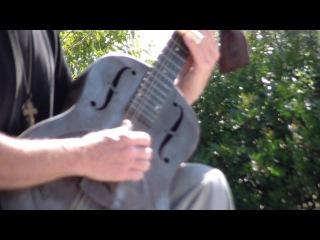 Барселона, Испания - как звучит металлическая гитара (играет уличный музыкант в парке Гуэль)