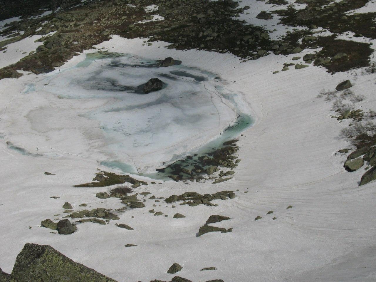 Собственно вид вниз с нашего траверса на озеро Сказка.