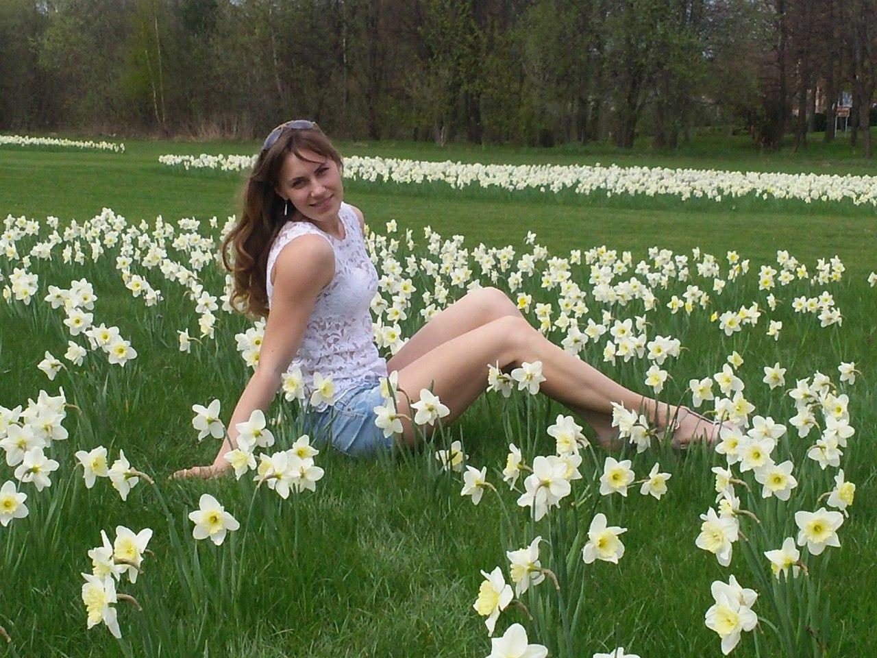 Ekaterina Nikisheva on a flower field  │ Image Source: Katerina Nikisheva