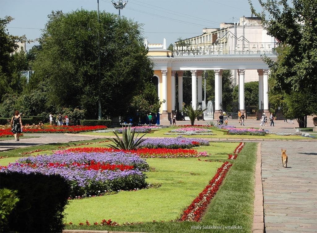Центральная Аллея в Парке Горького Алматы