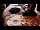 Приготовление  лепешек в тандыре. Индия, штат Кашмир, округ Шринагар.