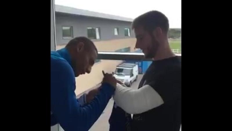 Фан «Эвертона» повредил локоть, празднуя гол Ришарлисона, и бразилец с ним встретился, вручил джерси и расписался на гипсе