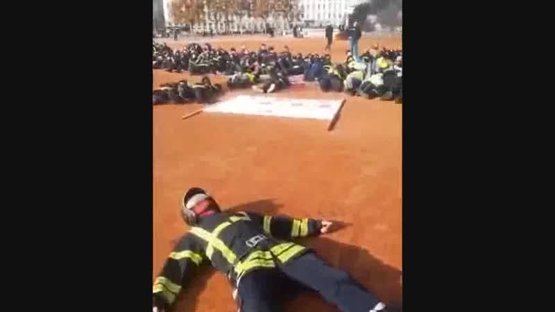 Les pompiers de Lyon manifeste pour les gilets jaunes