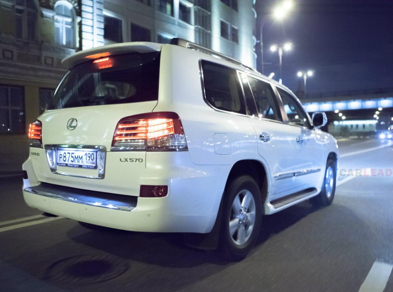 VSC помогает вывести из заноса огромный LX 570 при резком движении рулем