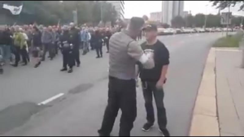 Chemnitz! Ein Teilnehmer ruft: Chemnitz den Deutschen - Ausländer raus - und wird daraufhin aus der Demo ausgeschlossen.7.9.18