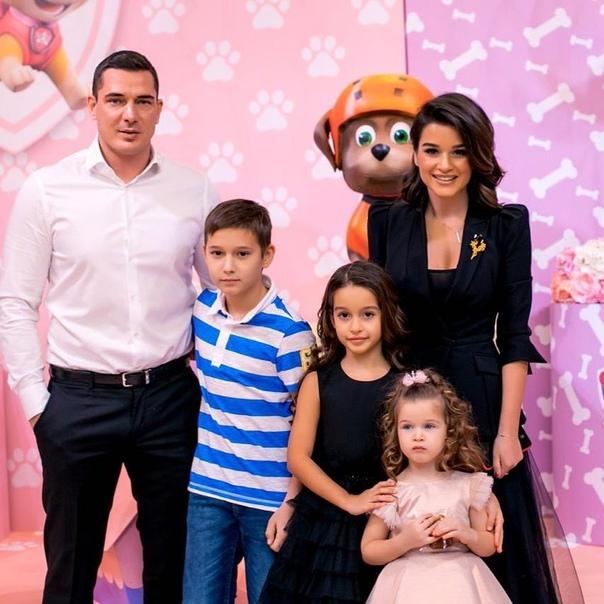 Эксперт в построении любви, Ксения Бородина, поделилась семейным снимком!