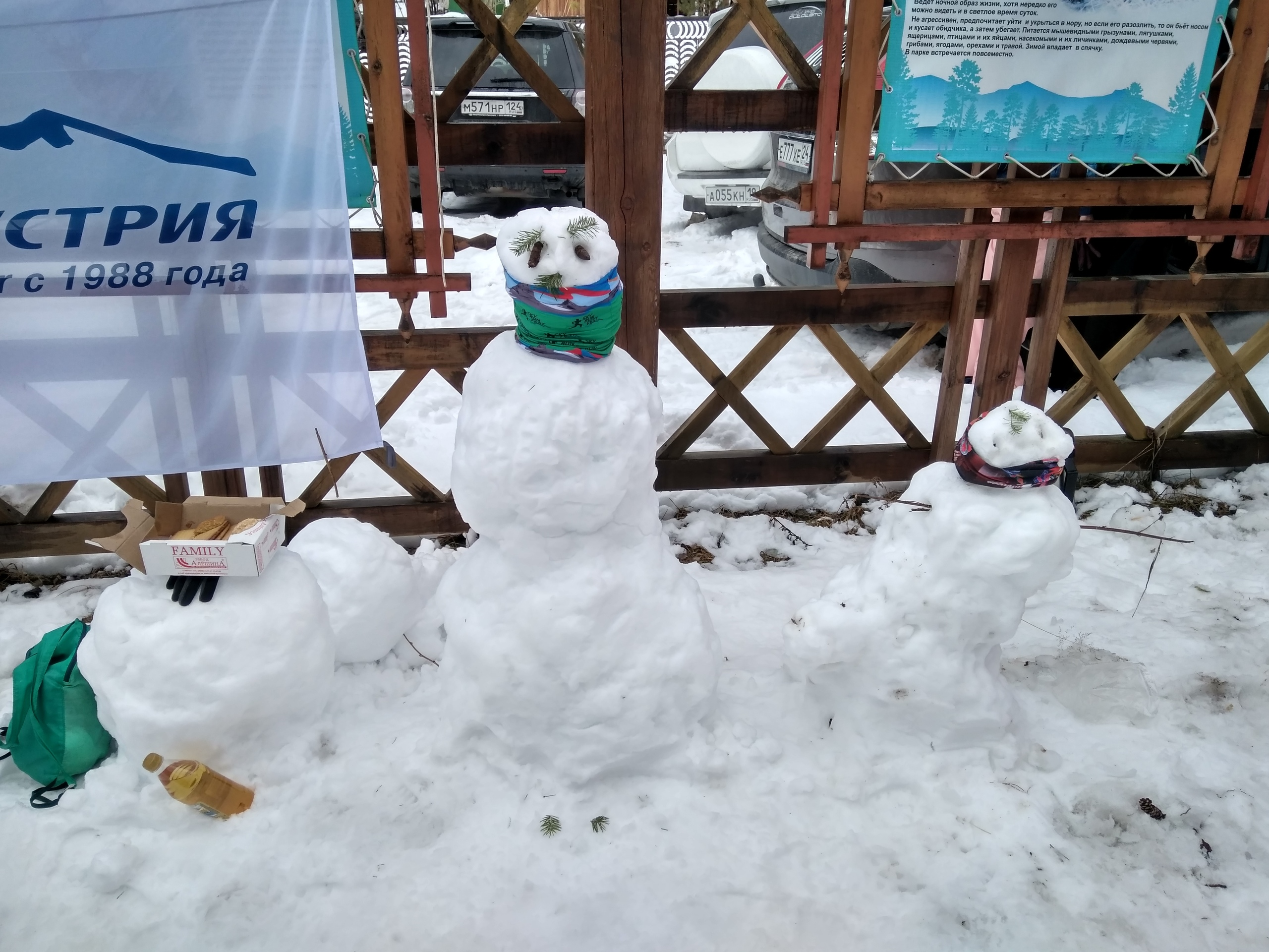 Снеговики на финише. Одного превратили в стол:-)
