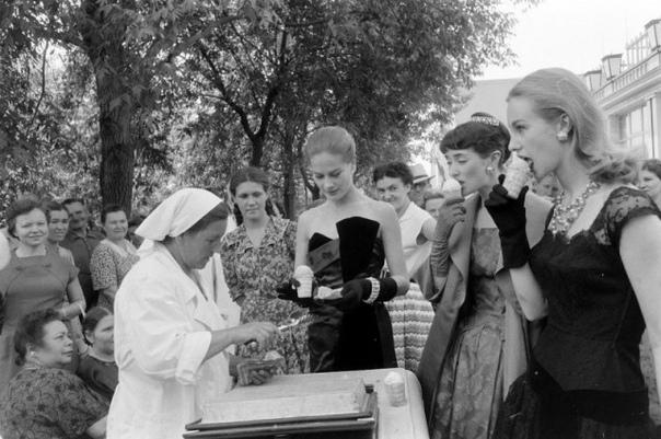 Британские модели пробуют на вкус советское мороженое, 1956г.Москва